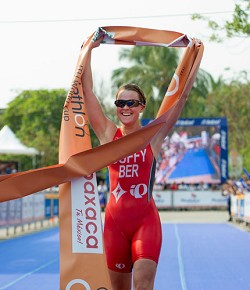 Flora Duffy claimed the top spot in Huatulco with a powerful run. <em>*Photo courtesy of Rich Lam/ITU</em>